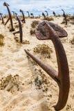 Naturlig kyrkogård av Marine Anchors på den Barril stranden, Portugal Arkivfoton