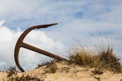 Naturlig kyrkogård av Marine Anchors på den Barril stranden, Portugal Arkivbilder