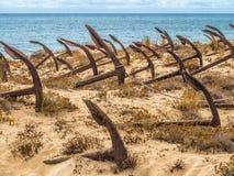 Naturlig kyrkogård av Marine Anchors på den Barril stranden, Portugal Royaltyfria Bilder