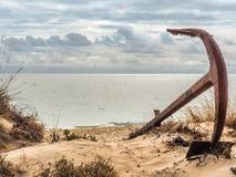 Naturlig kyrkogård av Marine Anchors på den Barril stranden, Portugal Arkivbild
