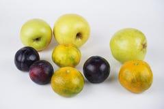 Naturlig läcker organisk blandad frukt royaltyfri foto
