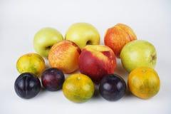 Naturlig läcker organisk blandad frukt och persika royaltyfria foton