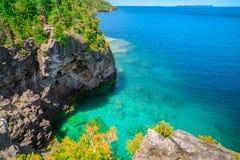 naturlig landskapsikt på den stora Cypern sjön och klippor Royaltyfri Bild