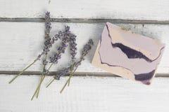 Naturlig lavendeltvål med lavendel blommar på den arkivbild