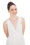 Naturlig modell i vitt posera för klänning Arkivfoton