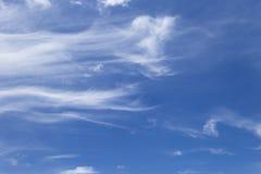 Naturlig och väderbegreppsbakgrund av klar blå himmel med det vita molnet Royaltyfria Bilder