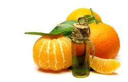 Naturlig olja för mandarin som isoleras på vit bakgrund Arkivbild