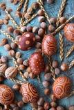Naturlig ordning för påskägg med hasselnötter som stavas, aprikoskärnor valnötter Royaltyfri Bild