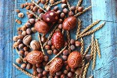 Naturlig ordning för påskägg med hasselnötter som stavas, aprikoskärnor valnötter Royaltyfri Fotografi