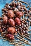 Naturlig ordning för påskägg med hasselnötter som stavas, aprikoskärnor valnötter Royaltyfria Bilder
