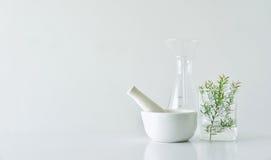 Naturlig organisk botanik och vetenskaplig glasföremål, alternativ örtmedicin, naturliga skönhetsprodukter för hudomsorg Arkivfoton