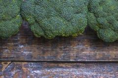 Naturlig organisk broccoli för att förbereda vegetarisk soppa på en träbakgrund arkivbild