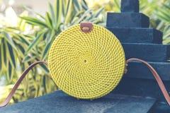 Naturlig organisk handgjord rottinghandväskacloseup Gul färg royaltyfria bilder