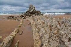 Naturlig rockskulptur på strand Fotografering för Bildbyråer