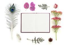 Naturlig sammansättning med anteckningsboken på vit bakgrund Arkivbild