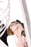Naturlig seende ung kvinnlig popsångare Royaltyfri Bild