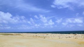 Naturlig skönhet av Aruba Av-väg Aruba för norrkust Fantastiskt stenökenlandskap, blått hav och blå himmel stock video