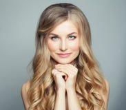 naturlig skönhet Blond kvinna med långt sunt lockigt hår och klar hud Ansikts- behandling-, skincare- och cosmetologybegrepp royaltyfri foto