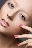 Naturlig skönhet, clean slapp hud, manicure spikar på Arkivbilder