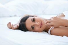 naturlig skönhet Kvinna med den härliga framsidan, mjuk sund hud royaltyfri fotografi