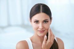 naturlig skönhet Kvinna med den härliga framsidan, mjuk sund hud arkivbilder