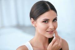 naturlig skönhet Kvinna med den härliga framsidan, mjuk sund hud arkivfoton