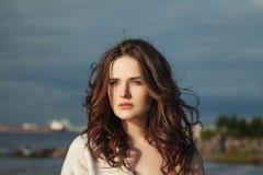 naturlig skönhet Trevlig kvinna med långt lockigt hår royaltyfria bilder