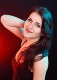 Naturlig skönhetbrunettkvinna i röd och blå ligh Royaltyfri Foto