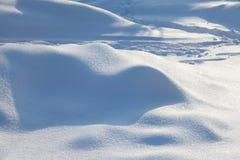 Naturlig snö texturerad vinterbakgrund Snöig landskap för solig dag royaltyfria foton