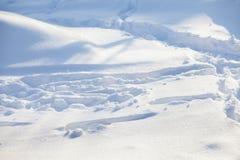 Naturlig snö texturerad vinterbakgrund Snöig landskap för solig dag med snödrivor royaltyfria foton