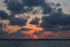 Naturlig solnedgång över havet arkivfoton
