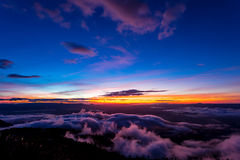 Naturlig solnedgångsoluppgång Phu Thap Boek, Phetchabun berg Landskaphimmel på solnedgången Dawn Sunrise Osedda Thailand Arkivfoton