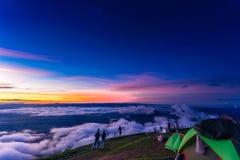 Naturlig solnedgångsoluppgång Phu Thap Boek, Phetchabun berg Landskaphimmel på solnedgången Dawn Sunrise Osedda Thailand Arkivbilder