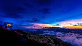Naturlig solnedgångsoluppgång Phu Thap Boek, Phetchabun berg Landskaphimmel på solnedgången Dawn Sunrise Osedda Thailand Arkivbild