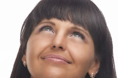 Naturlig stående av den lyckliga brunettkvinnan som ser upp Arkivbilder