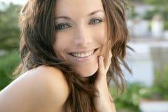 naturlig stående för brunettexpresionmode Arkivfoto
