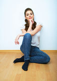 Naturlig stående för kvinna Le flickan hemma, inomhus stående Arkivfoto