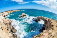 Naturlig stenbåge i Agia Napa, Cypern Arkivfoto