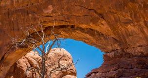 Naturlig stenbåge i den Moab öknen arkivfoto