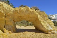 Naturlig stenbåge på Armacao De Pera Sätta på land Royaltyfri Fotografi