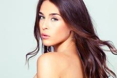 naturlig ståendekvinna för skönhet Royaltyfria Bilder