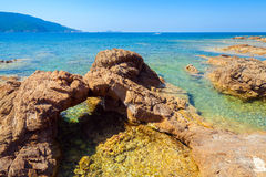 Naturlig stengrotta på den medelhavs- kusten Arkivfoto