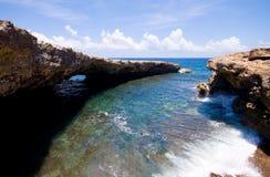 naturlig stenig kust för bro Arkivfoto