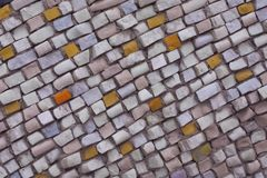 Naturlig stenmosaik för fyrkant, modellen på en innervägg eller golv Abstrakt purpurfärgad rosa modell på bakgrund av stenmosaike royaltyfria foton