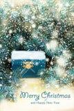 Naturlig stil av julbakgrund med den träbröstkorgen och granen förgrena sig på en träbakgrund royaltyfri foto