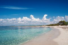 Naturlig strand Es Trenc Arkivfoto