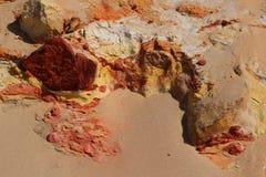 Naturlig textur av kulör sand i regnbågestranden, Queensland, Australien royaltyfri bild