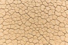 Naturlig textur av torr sprucken lerasjösäng Royaltyfria Foton
