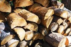Naturlig träbakgrund - closeup av det högg av vedträt Vedträ som staplas och som är förberett för vinterhögen av wood journaler Royaltyfri Bild