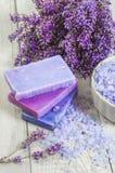 Naturlig tvål, lavendel, saltar på ett träbräde, hygienobjekt fo Royaltyfria Foton
